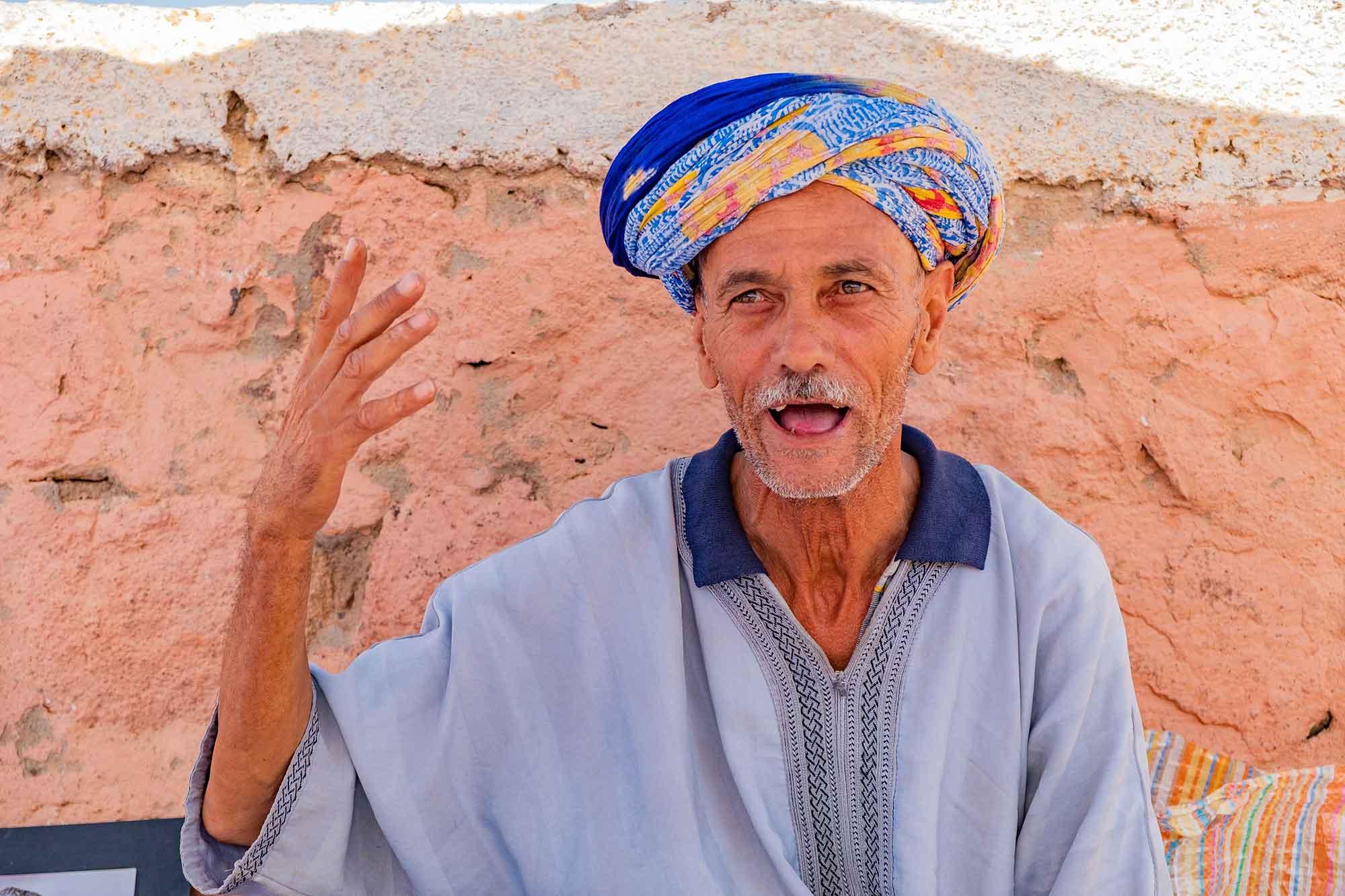 marocco-incontro-con-mercante-berbero-gestuale