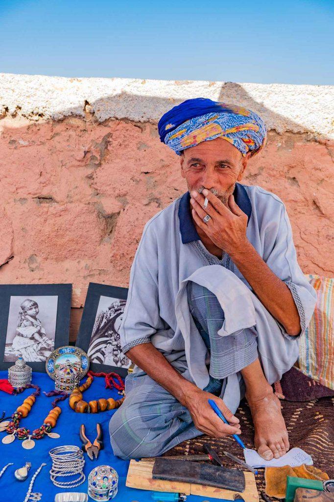 marocco-incontro-con-mercante-berbero-sigaretta