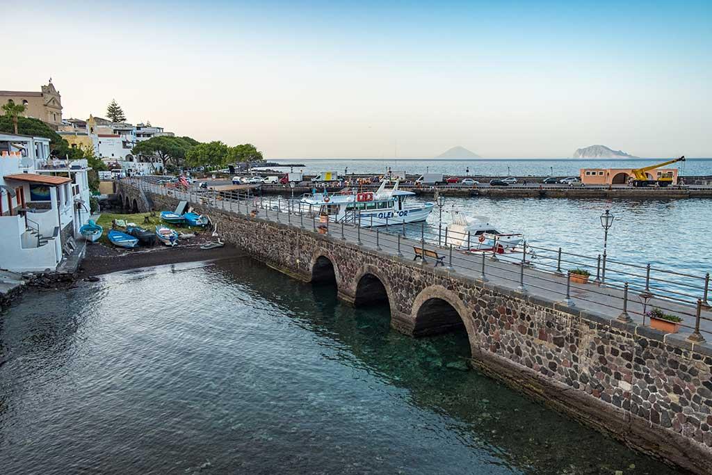 eolie-isola-di-salina-un-matrimonio-dal-profumo-di-Sicilia-2-porticciolo